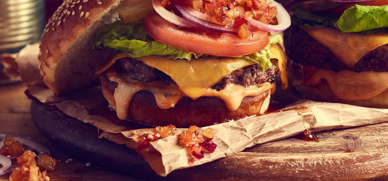 Obiad na wynos: burger z mięsem wołowym, pomidorami, serem i sałatą