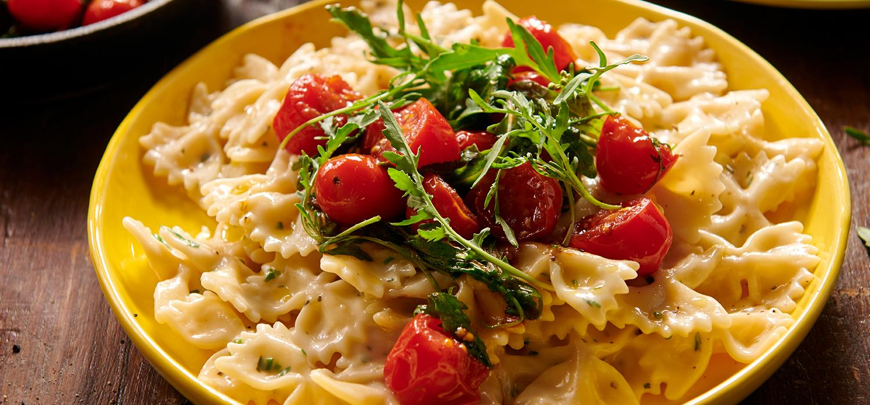 Makaron z pomidorkami i rukolą