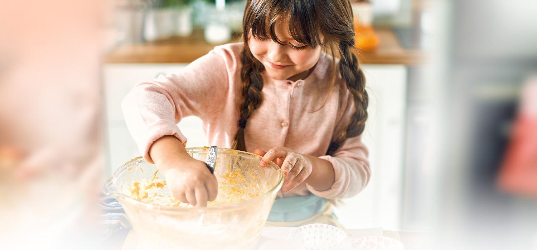 Dziewczynka przygotowuje ciasto