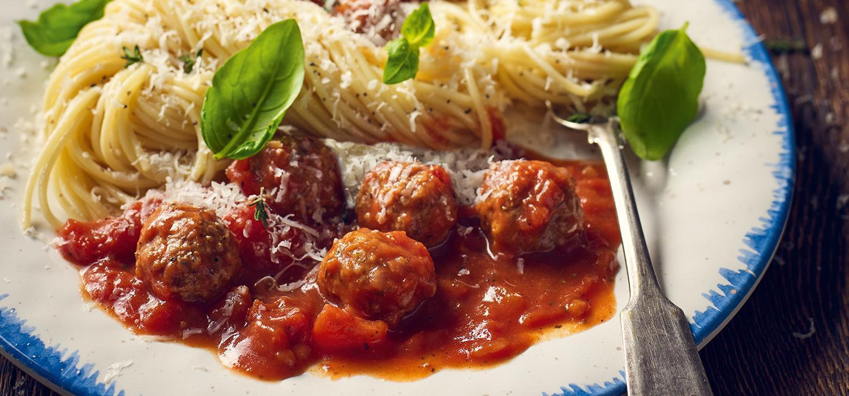 Spaghetti w sosie pomidorowym z klopsikami