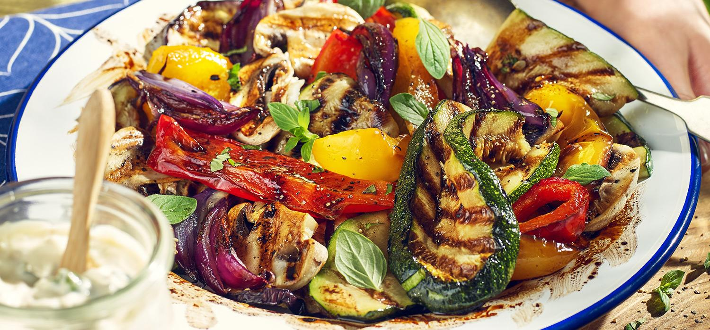 Sałatka z grillowanymi warzywami: cebula, cukinia z grilla i papryka z grilla