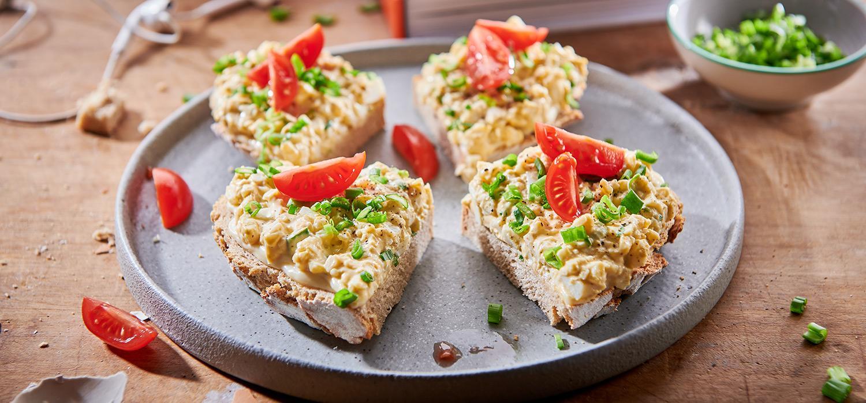 Przekąski na imprezy: kanapki z pastą jajeczną