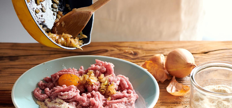 Przygotowywanie kotletów: mięso mielone, cebulka, żółtka