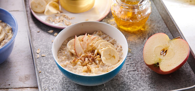 Szybkie śniadanie - owsianka ma mleku z jabłkiem i miodem